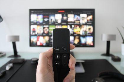 Público sênior é sub representado e estereotipado nos comerciais de TV