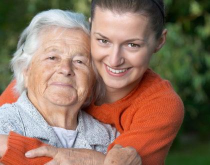 """Campanha """"Adote um Avô"""" une jovens e idosos que vivem em asilos"""